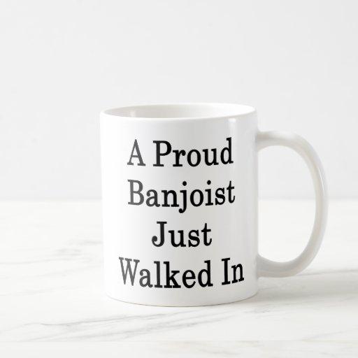 Un Banjoist orgulloso acaba de caminar adentro Tazas De Café