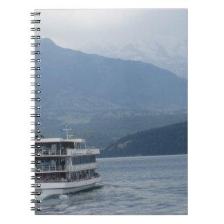 Un barco de cruceros turístico de niveles libretas