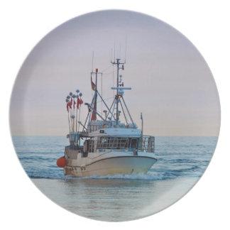 Un barco de pesca en el mar Báltico Platos Para Fiestas
