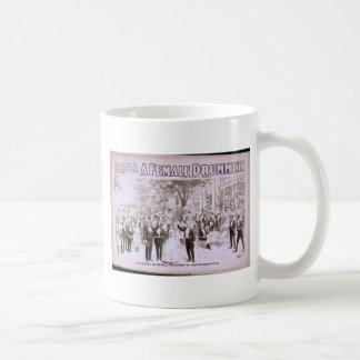 Un batería de sexo femenino tazas de café