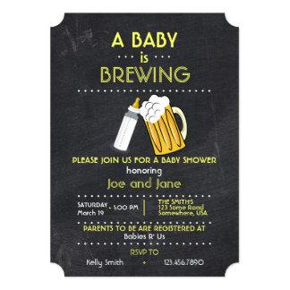 """Un bebé está elaborando cerveza invitación 5"""" x 7"""""""