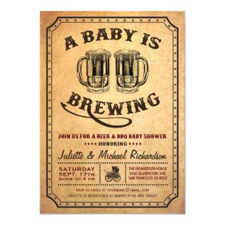 """""""Un bebé está elaborando cerveza"""" invitaciones del Invitación 5"""" X 7"""""""