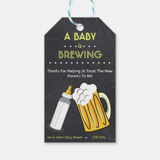 Un bebé está elaborando cerveza la etiqueta del etiquetas para regalos