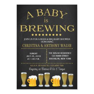 Un bebé está elaborando cerveza la invitación del