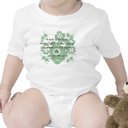 Un bebé recién nacido trae la luz a la cabaña traje de bebé