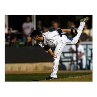 Un béisbol que juega lanzando la bola postal