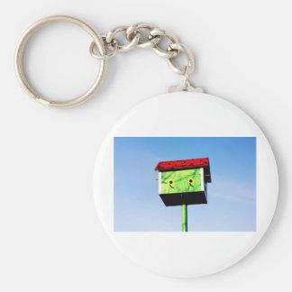 Un birdhouse. llavero redondo tipo pin