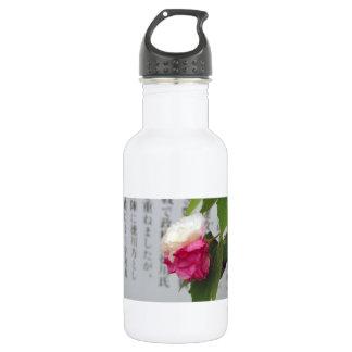 Un blanco, una flor rosada y caracteres japoneses