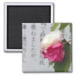 Un blanco, una flor rosada y caracteres japoneses imán de nevera