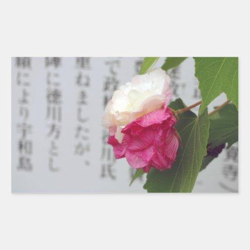 Un blanco, una flor rosada y caracteres japoneses pegatina rectangular