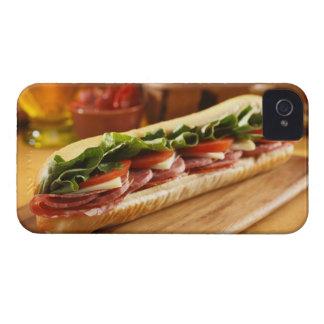 Un bocadillo sub italiano con 2 iPhone 4 Case-Mate cobertura