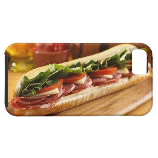 Un bocadillo sub italiano con 2 funda para iPhone 5 tough