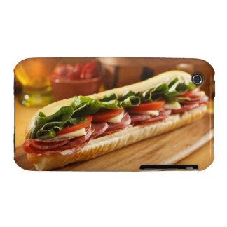 Un bocadillo sub italiano con 2 iPhone 3 Case-Mate cobertura