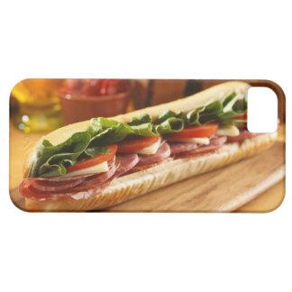 Un bocadillo sub italiano con 2 iPhone 5 fundas