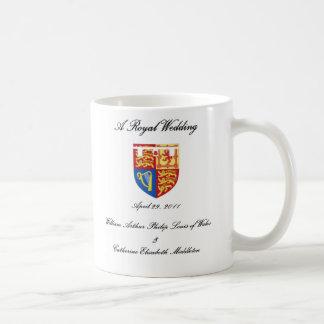 Un boda real taza básica blanca