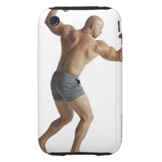 un bodybuilder masculino caucásico adulto muestra funda resistente para iPhone 3