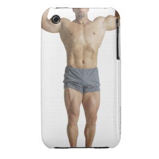 un bodybuilder masculino caucásico adulto sostiene carcasa para iPhone 3