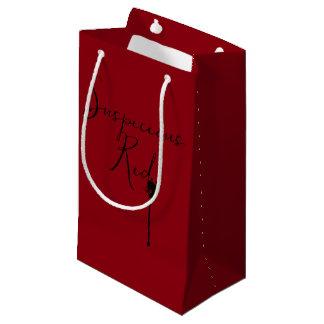 Un bolso rojo sospechoso del regalo bolsa de regalo pequeña