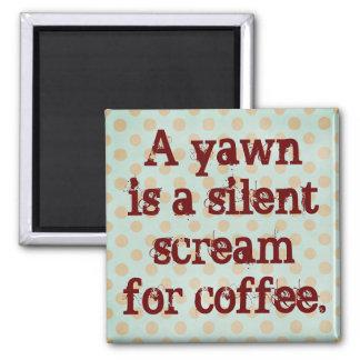 Un bostezo es un grito silencioso para el café imán cuadrado