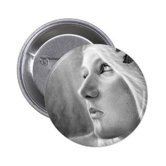 Un botón oscuro de la sirena de la corriente ocult pin