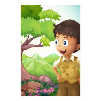Un boyscout joven en el bosque papeleria personalizada