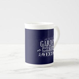 Un buen jardín puede tener algunas malas hierbas taza de porcelana