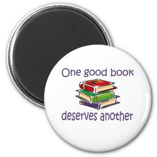 Un buen libro merece otros regalos imán de frigorifico