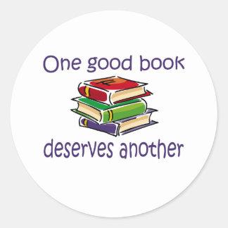 Un buen libro merece otros regalos pegatina redonda
