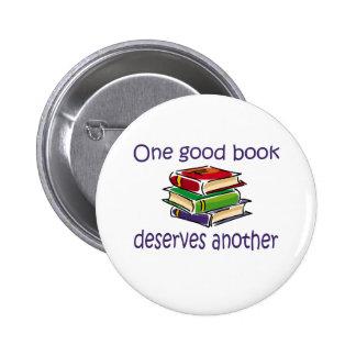 Un buen libro merece otros regalos pin redondo de 2 pulgadas