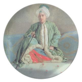 Un caballero asentado en un sofá platos de comidas