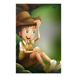 Un caballero joven en la selva tropical papelería personalizada