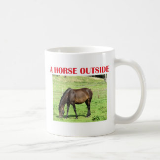 Un caballo afuera taza clásica