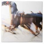 Un caballo corriente en una velocidad está compiti azulejo cuadrado grande