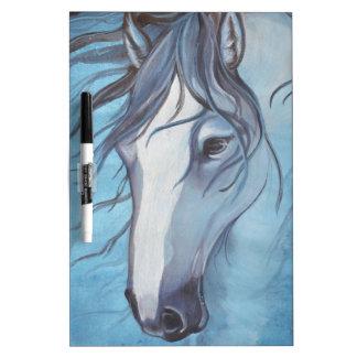 Un caballo melado azul en el viento pizarra blanca