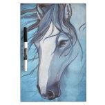 Un caballo melado azul en el viento pizarras blancas de calidad