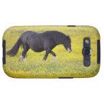 Un caballo que camina en un campo de flores amaril samsung galaxy s3 carcasa