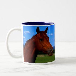 Un caballo que se coloca orgulloso taza dos tonos