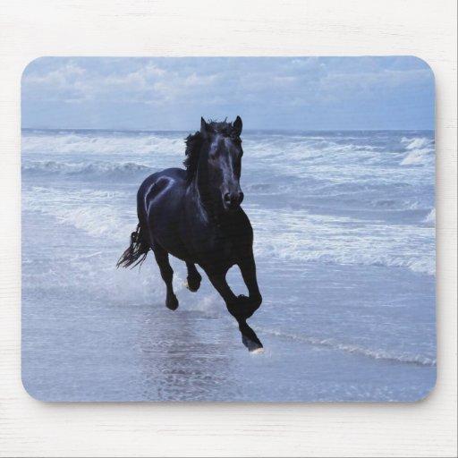 Un caballo salvaje y libre tapete de ratón
