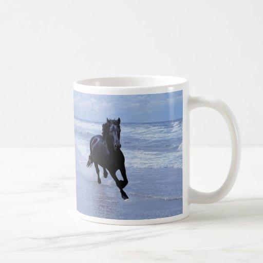 Un caballo salvaje y libre tazas de café