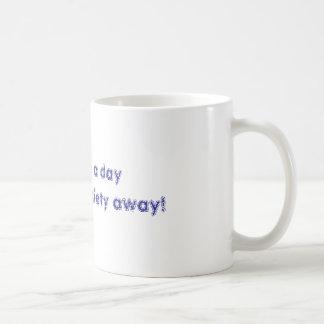 ¡Un café al día mantiene mi ansiedad ausente! Taza Clásica
