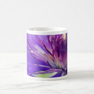 Un cáliz de la fotografía floral azul taza clásica