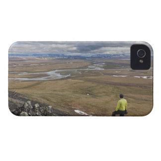 Un caminante mira sobre los ríos de Nigu y de iPhone 4 Case-Mate Cárcasa