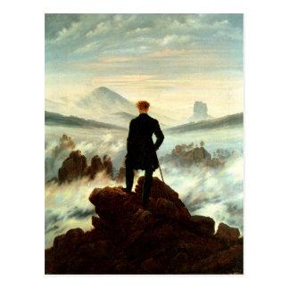 Un caminante solitario sobre las nubes postal