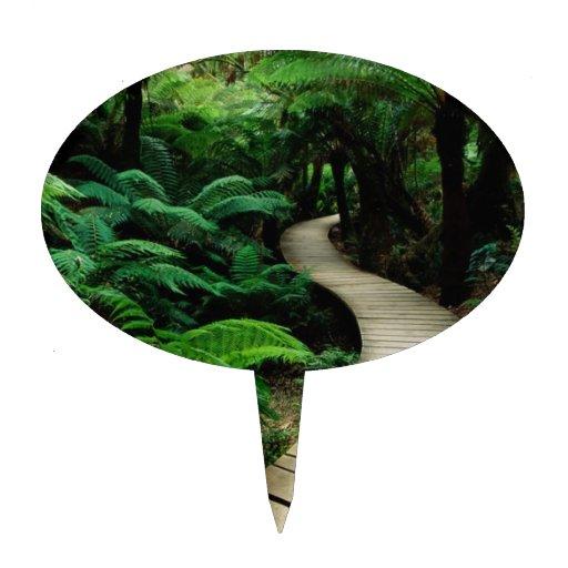 Un camino en el medio del bosque salvaje figuras para tartas