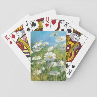 Un campo de las margaritas blancas barajas de cartas