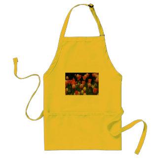 Un campo de peonies, de cyclamens y de tulipanes delantal