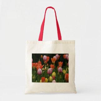 Un campo de peonies, de cyclamens y de tulipanes f bolsa tela barata