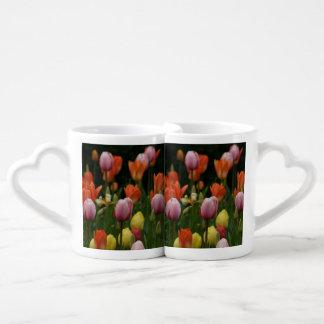 Un campo de peonies, de cyclamens y de tulipanes taza para parejas