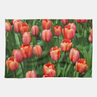 Un campo de tulipanes rojos toallas de cocina