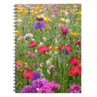 Un campo del diseño colorido de la naturaleza de l libro de apuntes con espiral